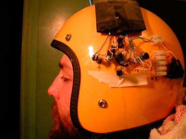 O capacete conta com quatro eletrodos de cada lado que geram campos magnéticos – Foto: Reprodução