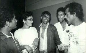 Chico Pé de Pato (centro), ao lado de esposa, Maria do Socorro, conversa com amigos – Foto: Mario Leite - set.1985/Folhapress