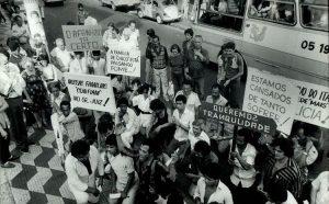 Pessoas se manifestam diante do fórum na Penha, em favor da soltura de Chico Pé de Pato – Foto: José Luis da Conceição - 6.out.1985/Folhapress