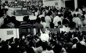 Montagem de fotos mostra aglomeração diante do 50º DP, no Itaim Paulista, em favor da libertação de Chico Pé de Pato – Foto: José Luis da Conceição - 27.ago.1985/Folhapress