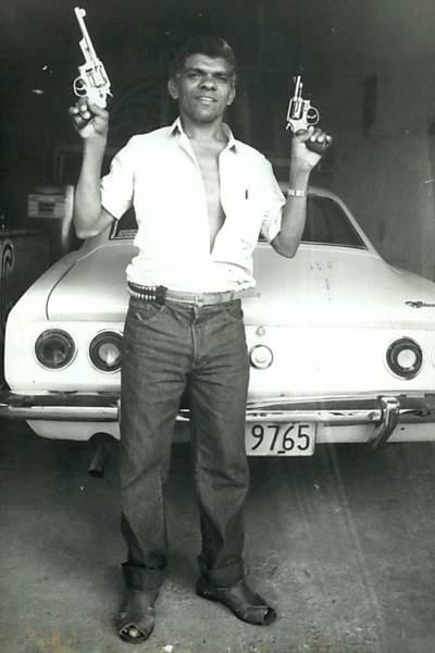 Francisco Vital da Silva, conhecido como Chico Pé de Pato, posa em sua casa, na zona leste de São Paulo – Foto: José Maria da Silva - 26.ago.1985/Folhapres