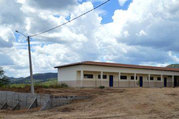 Prefeitura constrói muro de arrimo na escola Manoel Marques de Pelo Sinal