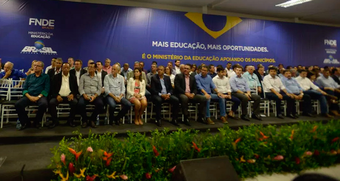 """13 prefeitos do Pajeú estiveram presentes lançamento do projeto """"FNDE em Ação Pernambuco"""" – Foto: Divulgação"""