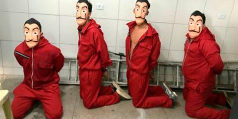 Os quatro jovens detidos vestidos com macacões vermelhos, máscaras dos personagens de 'La Casa De Papel' - Foto: Cortesia