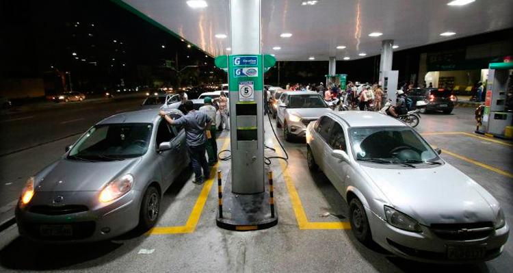 Vários postos de combustíveis da RMR elevaram os preços da gasolina nessa quarta-feira (23). Foto: Guga Matos