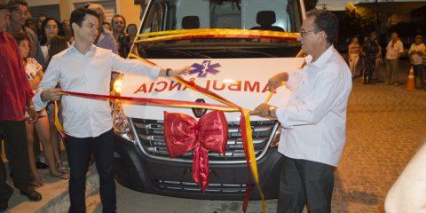 Prefeito Djalma Alves e deputado Clodoaldo Magalhães entregam ambulância em Solidão