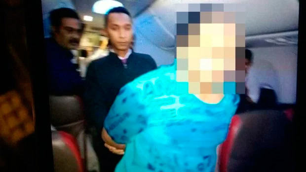 Jovem é preso após ver pornô em voo e atacar aeromoça - Foto: ViralPress