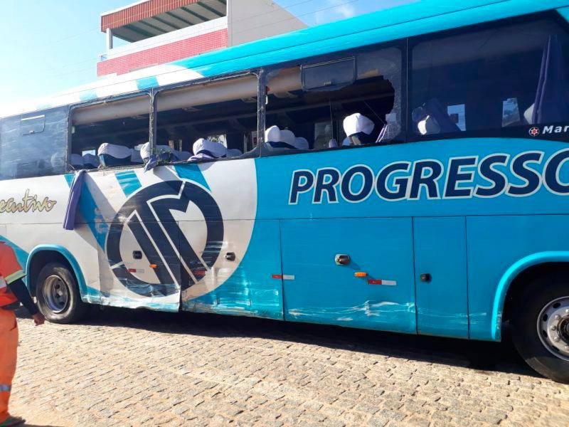 Ônibus da Progresso furtado pelo homem, após e bate em veículos – Foto: Reprodução/WhatsApp