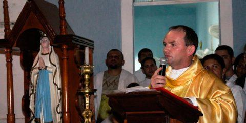 O Padre Genildo Herculano foi internado na UTI após ser identificada uma bactéria agressiva que atingiu os pulmões, seu quadro é considerado grave, mas estável.