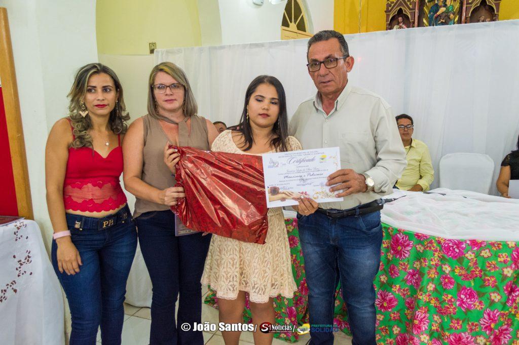 Entrega de certificados de curso de manicure em Pelo Sinal