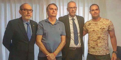 Nota à imprensa Presidente Jair Bolsonaro ao lado do embaixador de Israel Yossi Shelley – Foto/Reprodução