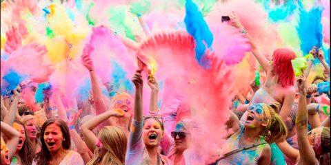 Após polêmica, Damares tranquiliza: 'Podem vestir azul, rosa, colorido'