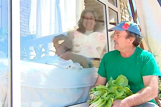 Mulher vive em gaiola de vidro por 13 anos