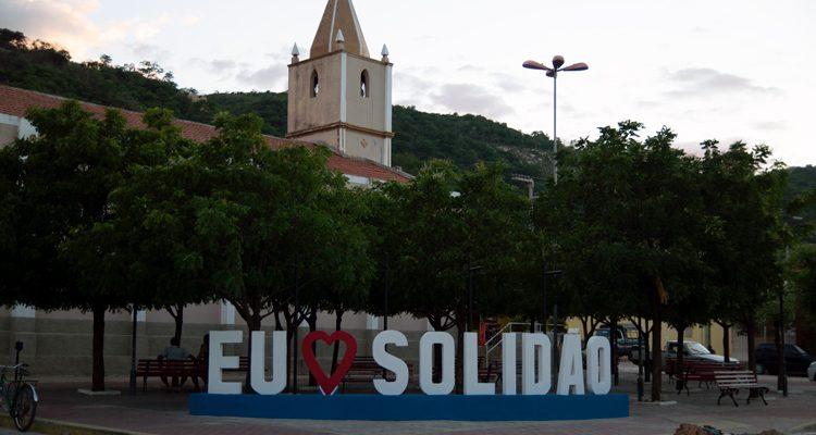 Em Solidão praça principal ganha novo visual com letreiro turístico
