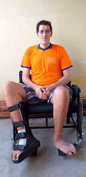 Ninão está em casa e só se locomove na cadeira de rodas - Foto: Divulgação