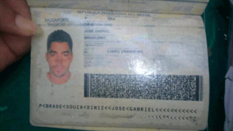 Documento de Gabriel Diniz encontrado em local de queda de avião — Foto: Reprodução/ Jornal Hoje