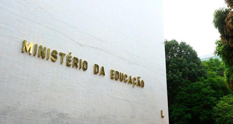 MEC diz ter indícios de que professores coagiram alunos a participar de manifestações