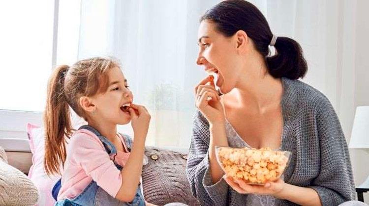 Você sabia que dar pipoca para criança pode causar até pneumonia?