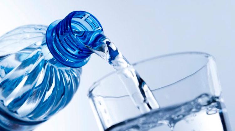 10 sinais de que você não está bebendo água suficiente