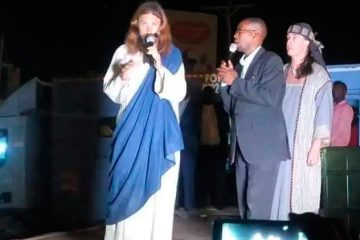 """Pastores africanos dizem ter encontrado """"Jesus Cristo"""" e o levam a igreja"""