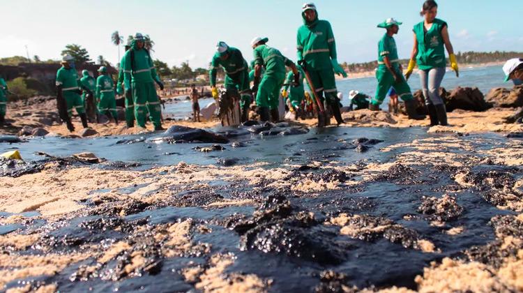 Paulo Câmara reúne prefeitos para planejar ações de prevenção às manchas de óleo