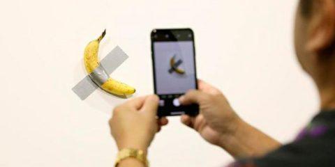 'Esperei ficar com fome', conta artista que comeu banana de 120 mil dólares