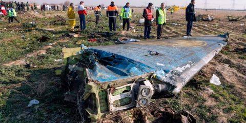 Vídeo mostra avião ucraniano sendo atingido por míssil no Irã