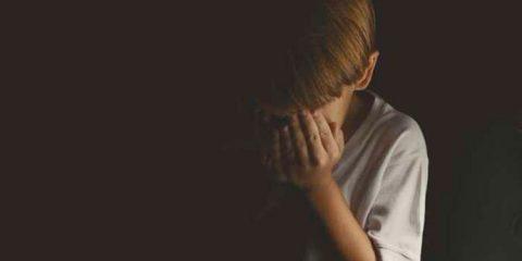 Mulher flagra irmão nu deitado sobre criança de 5 anos