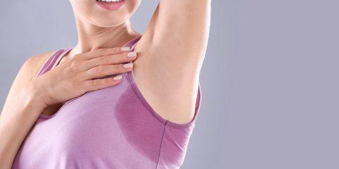 8 truques para tirar o cheiro e as manchas de suor das roupas