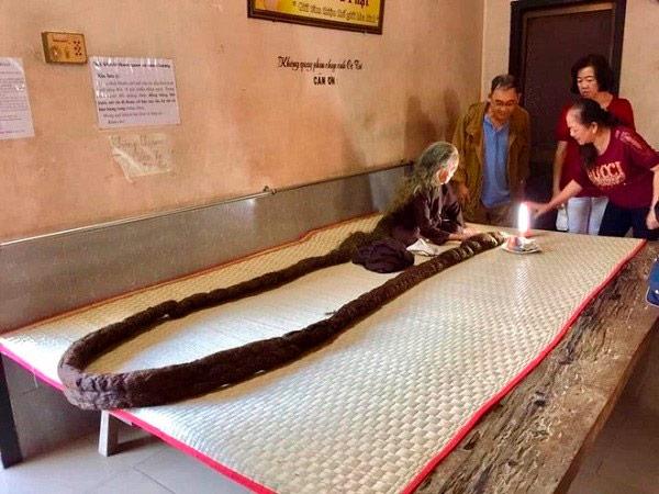 Conheça a mulher de 83 anos com o cabelo do tamanho de uma serpente