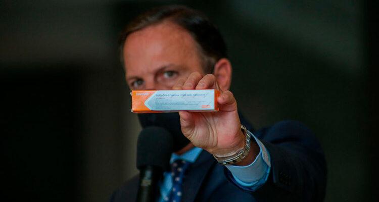 Bolsonaro diz para Doria arrumar outro para pagar vacina e fala em reeditar decreto do SUS