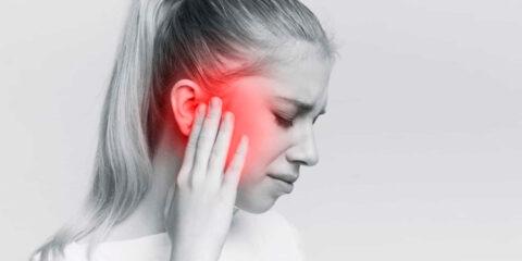 """Em casos raros, Covid-19 pode causar surdez A Covid-19 pode causar uma súbita e definitiva surdez - informa um grupo médico, relatando o """"primeiro caso"""" britânico na revista BMJ Case Reports. Trata-se, porém, de um sintoma muito raro entre a série de potenciais efeitos da Covid-19. """"Apesar da considerável documentação sobre a Covid-19 e sobre os diversos sintomas associados ao vírus, falta debate sobre a relação entre a Covid-19 e a audição"""", alertam os especialistas na revista especializada, recomendando que sejam feitos testes nos hospitais, incluindo na terapia intensiva, para aplicar (em caso necessário) um tratamento à base de esteroides. Até agora, foram informados apenas alguns casos no mundo. Os autores do estudo relatam um homem de 45 anos tratado para Covid-19 em seu hospital britânico. O paciente, que também sofre de asma, foi internado em terapia intensiva, sob respiração artificial. Os médicos lhe deram um tratamento à base de remdesivir (um antiviral), esteroides e troca de plasma sanguíneo. Sua condição melhorou, mas, uma semana depois de receber alta da unidade de terapia intensiva, ele repentinamente ficou surdo do ouvido esquerdo. Os testes determinaram que seus dutos não estavam obstruídos, e seus tímpanos, intactos. Ele foi tratado com corticoides, mas se recuperou apenas parcialmente. Depois de descartar outras possíveis causas, os médicos associaram essa deficiência auditiva ao Covid-19, de acordo com a revista. Um primeiro caso semelhante foi anunciado em abril de 2020 na Tailândia. Os autores do artigo observam que o SARS-CoV-2, que está instalado em um tipo de célula particular encontrado nos pulmões, foi descoberto recentemente em células similares no ouvido. Esse vírus também gera uma reação inflamatória e um aumento na produção de citocinas (um tipo de proteína) envolvidas na perda auditiva, segundo os autores."""