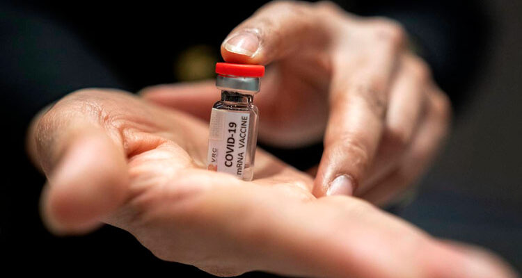 Vacina de Oxford produz resposta imune em jovens e idosos