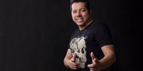 Morre aos 49 anos, o cantor Louro Santos em decorrência da Covid-19