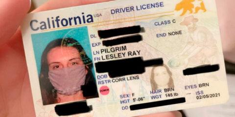 Mulher sai de máscara em foto da carteira de motorista