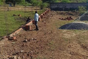 Djalma Alves inspeciona reconstrução de murada da quadra do campo em Solidão