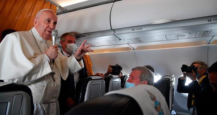 Papa reprova cardeais 'negacionistas' que não querem ser vacinados