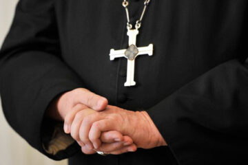 Padres e religiosos abusaram de 216 mil crianças na França durante sete décadas